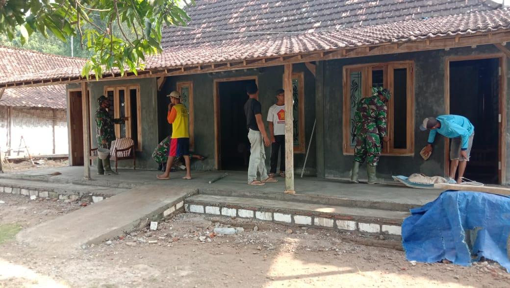 Warga Kompak Bersama TNI Selesaikan Rumah Sukur