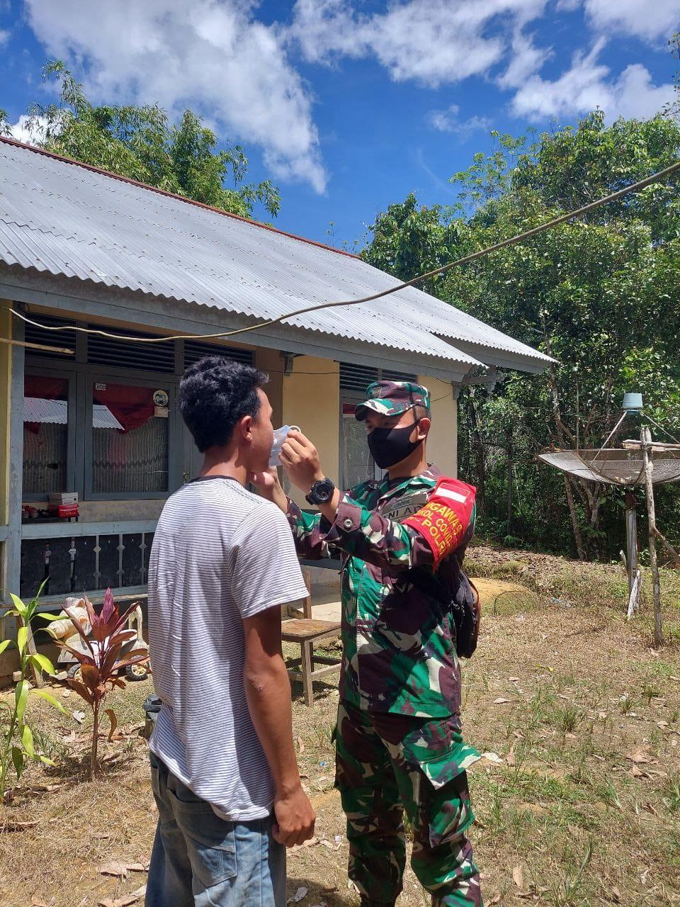 Putus Mata Rantai Virus Covid19, Babinsa 14/Hulu Gurung Terus Bagikan Masker