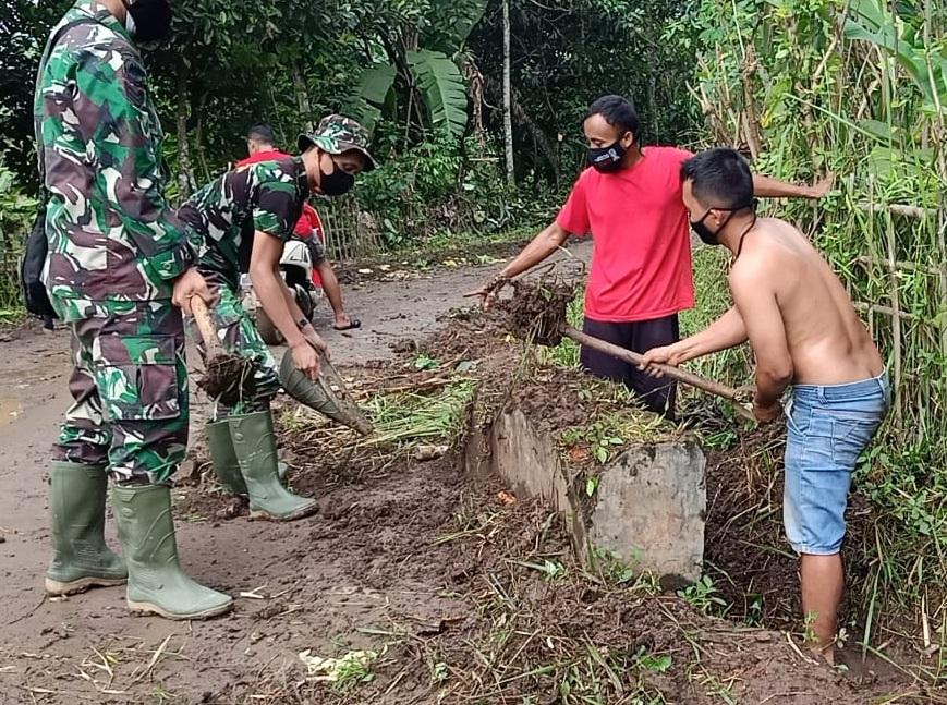Satgas TMMD 111 Kodim 0510/ Bersama Warga bersihkan Selokan