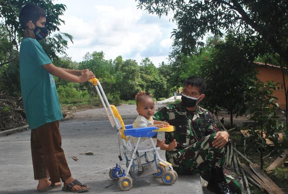 Keceriaan Anak-Anak Melihat Jalan Yang Dulu Becek Kini Menjadi Mulus
